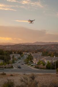Drone flying above housing development, Santa Clarita, California, USAの写真素材 [FYI03532149]