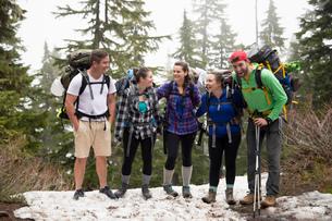 Group of friends on hiking trip, Lake Blanco, Washington, USAの写真素材 [FYI03532235]