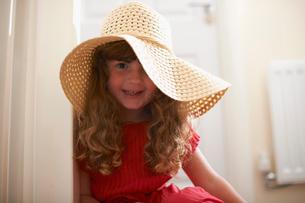 Portrait of cute girl wearing straw hatの写真素材 [FYI03532299]