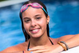Teenager smiling in swimming poolの写真素材 [FYI03532316]