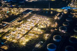 Aerial view of oil refinery and storage tanks illuminated at night, Los Angeles, California, USAの写真素材 [FYI03532529]