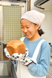 キッチンでパンを焼く女の子の写真素材 [FYI03532922]