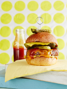 Still life of cheeseburger with retro backgroundの写真素材 [FYI03533007]