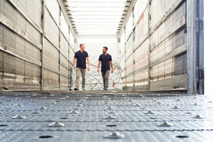 Workers and freight in air freight containerの写真素材 [FYI03533132]