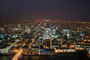High angle cityscape of river Thames and city lights at night, London, England, UKの写真素材 [FYI03533772]
