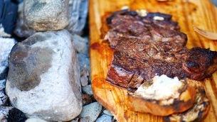キャンプ場で味わうパンとステーキの写真素材 [FYI03534869]