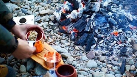 キャンプ場でコーヒーの生豆から焙煎するの写真素材 [FYI03534960]