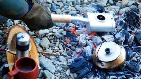 キャンプ場の炭火でコーヒーを焙煎するの写真素材 [FYI03535047]