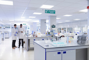 Scientists working in testing laboratory, wide angle viewの写真素材 [FYI03535265]