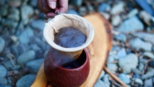 キャンプ場でコーヒーをドリップするの写真素材 [FYI03535269]
