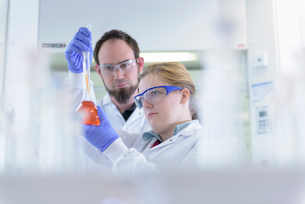 Scientists inspecting coloured samples in testing laboratoryの写真素材 [FYI03535272]
