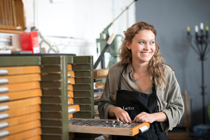 Woman with letterpress tray in print workshopの写真素材 [FYI03535374]