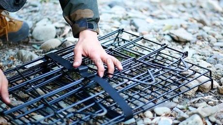 キャンプ用の網棚を収納するの写真素材 [FYI03535758]