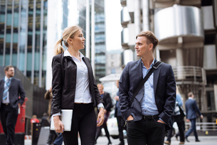 Businessman and businesswoman in city centre, London, UKの写真素材 [FYI03536322]