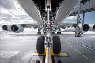 Underside view of A380 aircraft about to taxiの写真素材 [FYI03536422]