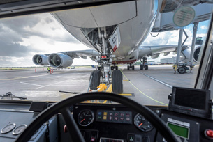 View of A380 aircraft from inside tugの写真素材 [FYI03536426]