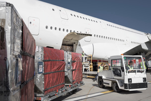 Ground crew loading A380 jet aircraft at airportの写真素材 [FYI03536462]