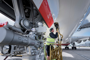 Ground crew service worker with A380 aircraftの写真素材 [FYI03536470]