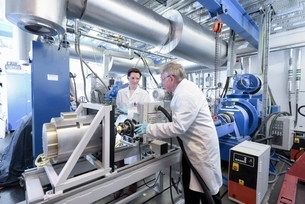 Scientists testing lithium car battery with electric motor car in battery research facilityの写真素材 [FYI03537062]