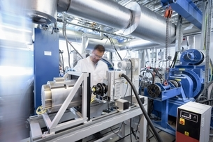 Scientists testing lithium car battery with electric motor car in battery research facilityの写真素材 [FYI03537063]