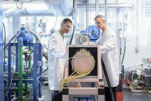 Scientists testing lithium car battery with electric motor car in battery research facilityの写真素材 [FYI03537066]