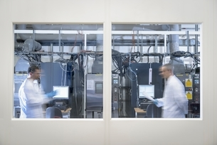 Scientists in lithium ion battery test facility in battery research facilityの写真素材 [FYI03537085]