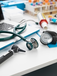 Stethoscope, auriscope, blood pressure gauge on deskの写真素材 [FYI03537139]
