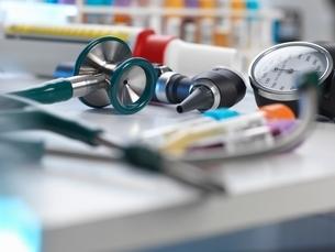 Stethoscope, auriscope, blood pressure gauge on deskの写真素材 [FYI03537140]
