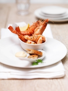 Seafood platter including king prawns, mackerel and shrimpsの写真素材 [FYI03537356]