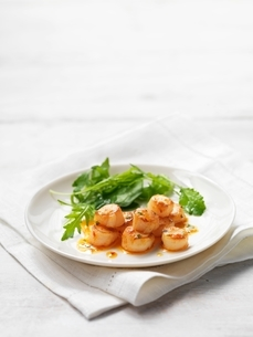 Scallops with chilli and coriander served with green salad leavesの写真素材 [FYI03537358]