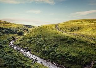 River flowing through rolling landscape, Brecon Beacons, Wales, UKの写真素材 [FYI03537608]