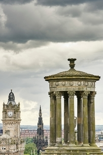 Elevated cityscape with Dugald Stewart monument and Scotts monument, Edinburgh, Scotland, UKの写真素材 [FYI03537765]