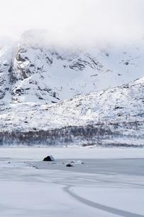 Frozen fjord near Svolvaer, Lofoten Islands, Norwayの写真素材 [FYI03538049]
