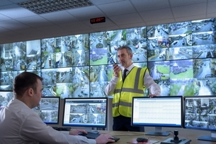 Security guards in security control room with video wallの写真素材 [FYI03538808]