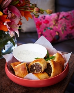 Bowl of sausage rolls on tableの写真素材 [FYI03538922]