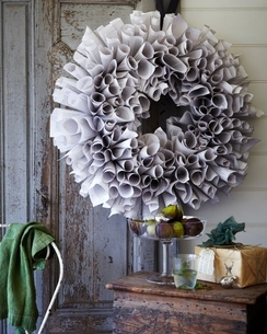 Handmade christmas wreath and bowl of fresh figs on patio tableの写真素材 [FYI03538992]