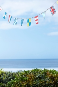 Flag bunting hanging by beachの写真素材 [FYI03539084]