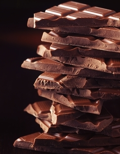 Stack of broken chocolate bars, close-upの写真素材 [FYI03539254]