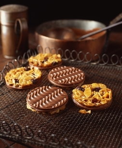 Chocolate coated florentine biscuits on cooling rackの写真素材 [FYI03539266]