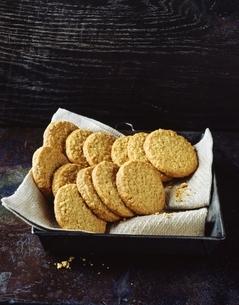 Homemade oatmeal cookies on tea towel in baking trayの写真素材 [FYI03539270]
