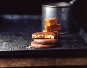 Stacks of homemade chocolate biscuits and toffee on metal trayの写真素材 [FYI03539277]