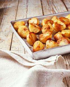 Roasted potatoes in roasting tinの写真素材 [FYI03539335]