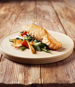 Salmon with stir fry vegetables on platterの写真素材 [FYI03539342]