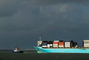 Container ship entering Rotterdam harbour with help of tug boatの写真素材 [FYI03539549]