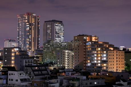 タワーマンションと住宅街の俯瞰夜景の写真素材 [FYI03539557]