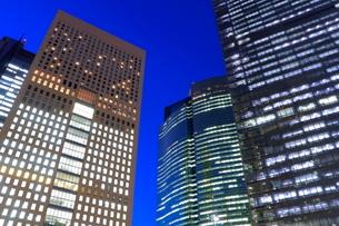 汐留シオサイトの高層ビルの夜景の写真素材 [FYI03539632]