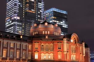 高層ビルとライトアップされた東京駅の写真素材 [FYI03539755]