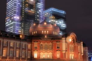 高層ビルとライトアップされた東京駅の写真素材 [FYI03539816]