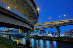 堀切ジャンクションと綾瀬川の夜景の写真素材 [FYI03540021]
