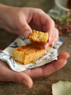 Woman hands holding napkin and homemade cakeの写真素材 [FYI03540434]